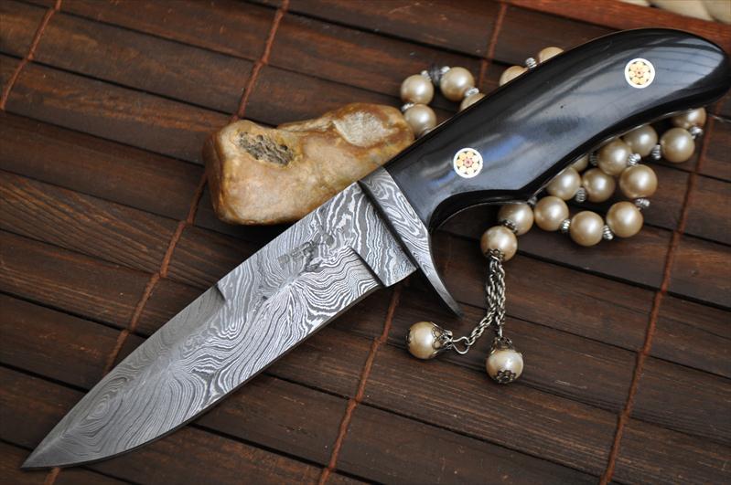 Beautiful Handmade Damascus Hunting Knife Buffalo Horn Mosaic Pins